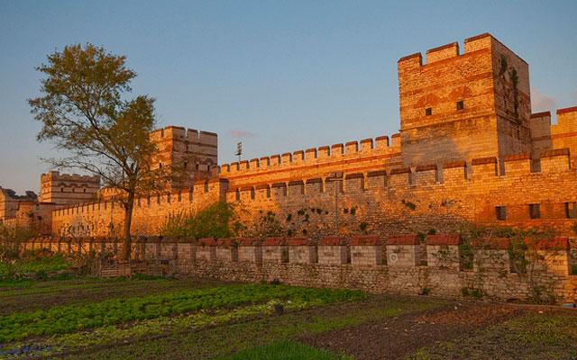 Турция. Крепостные стены  Константинополя.