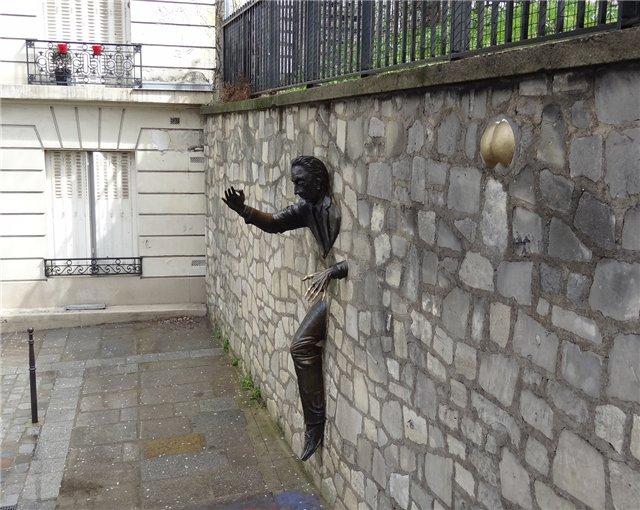 2415 Франция. Сквозь стену