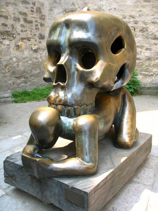 Чехия. Фигура с черепом