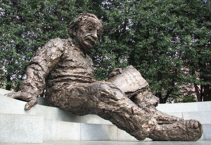 США. Памятник Альберту Эйнштейну