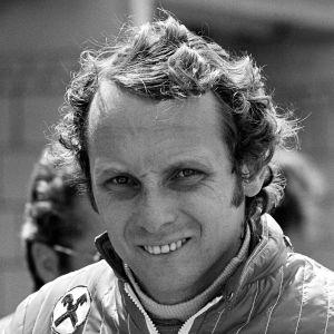 8931 Гонщик Ники Лауда - был трехразовым Чемпионом мира F1, победив в 1975, 1977 и 1984.