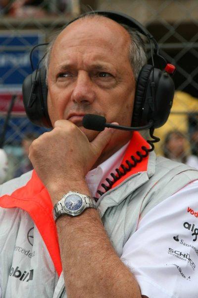 Является исполнительным председателем Автомобильного Макларена — Рональд Деннис.