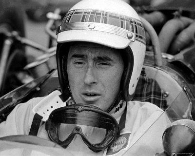 Гонщик Джеки Стюарт — является британским бывшим гонщиком Формулы Один из Шотландии.