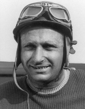 Гонщик Хуан Мануэль Фанхио – водитель гоночного автомобиля из Аргентины.