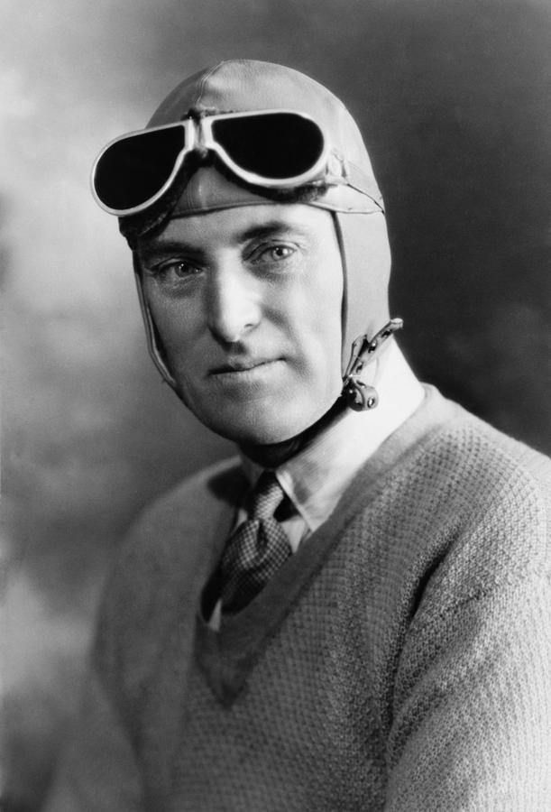 Гонщик Малкольм Кэмпбелл, получил мировой рекорд скорости на земле и на воде.