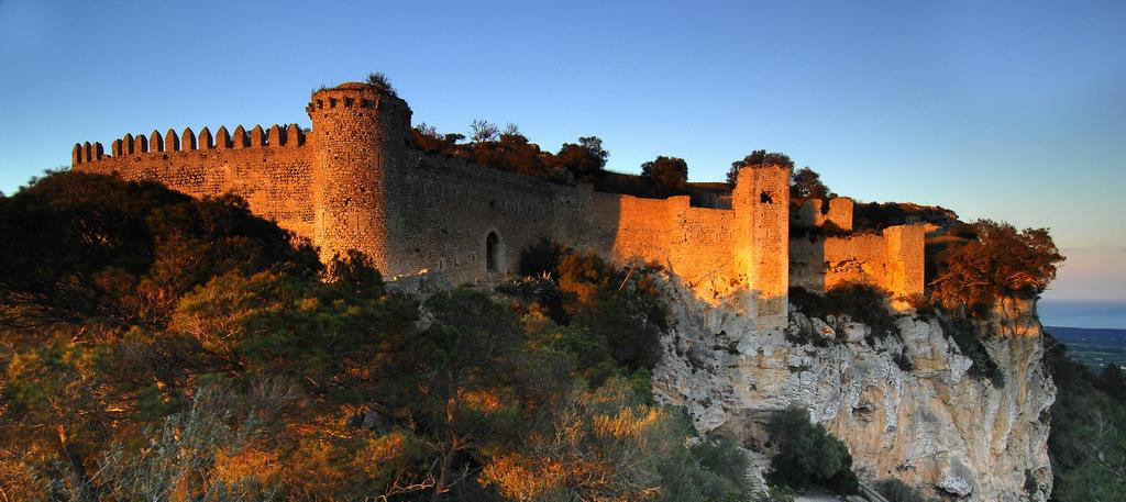 Замок на испанском острове Майорка