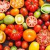 Выбирает томаты по цвету
