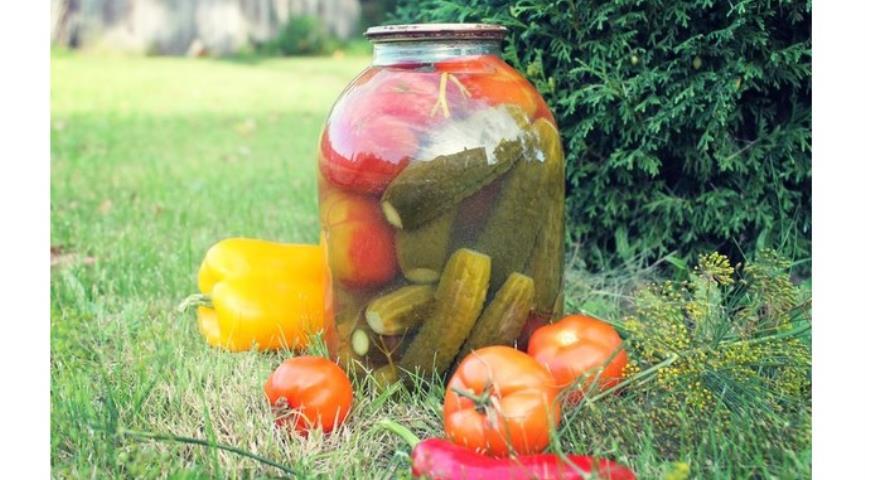 помидоры с огурцами в маринаде