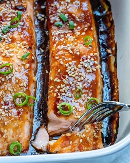 Сытный ужин: запеченный лосось под соусом терияки