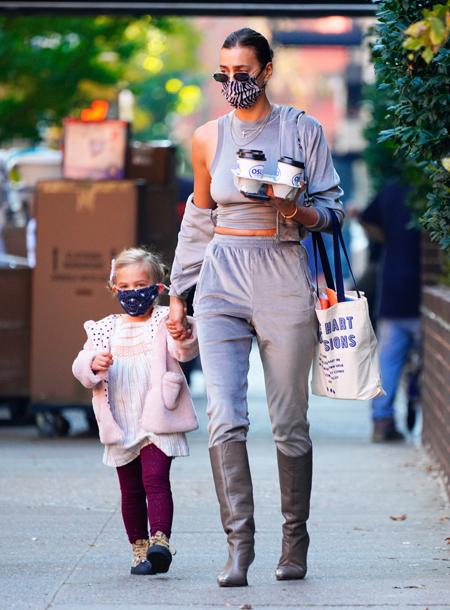 Велюровый костюм и эко-шуба: Ирина Шейк с дочкой Леей на прогулке в Нью-Йорке