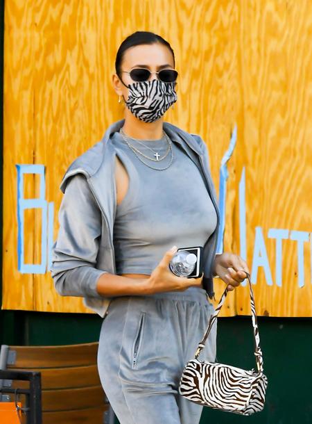 40025 Велюровый костюм и эко-шуба: Ирина Шейк с дочкой Леей на прогулке в Нью-Йорке