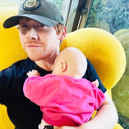"""Звезда """"Гарри Поттера"""" Руперт Гринт завел аккаунт в Instagram и показал дочь"""