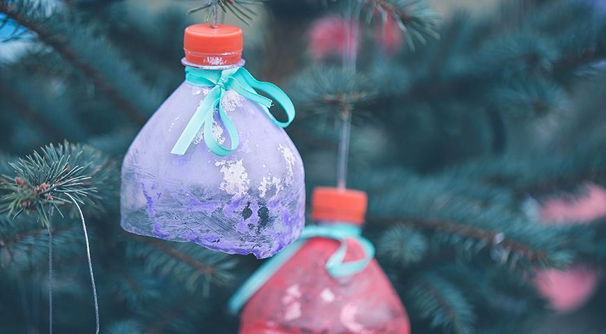 Как украсить елку в саду к Новому году: что можно, а что не стоит использовать в качестве уличных украшений?