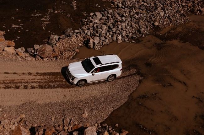 Toyota Land Cruiser 300 на бездорожье