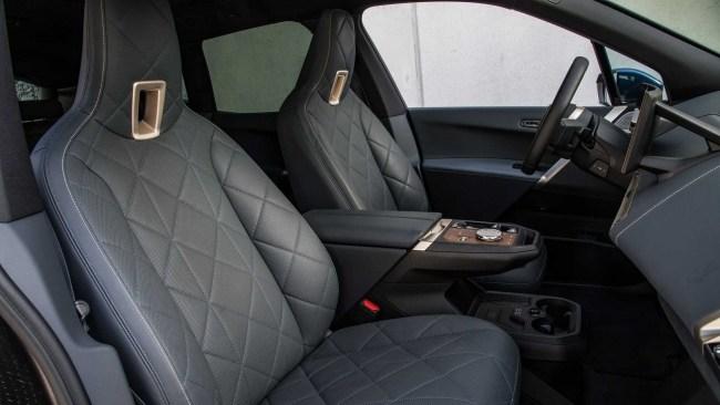 BMW iX xDrive50: большой внедорожник делает это плавно. BMW iX